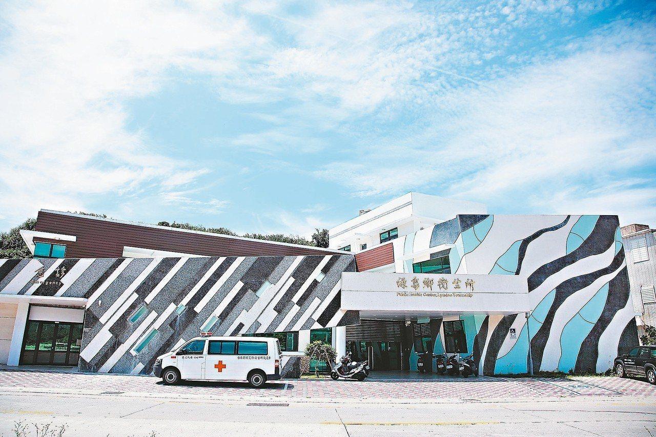 新建完成的綠島衛生所外觀充滿濃濃海洋風,吸引遊客拍照、打卡。 圖/台東縣衛生局提...