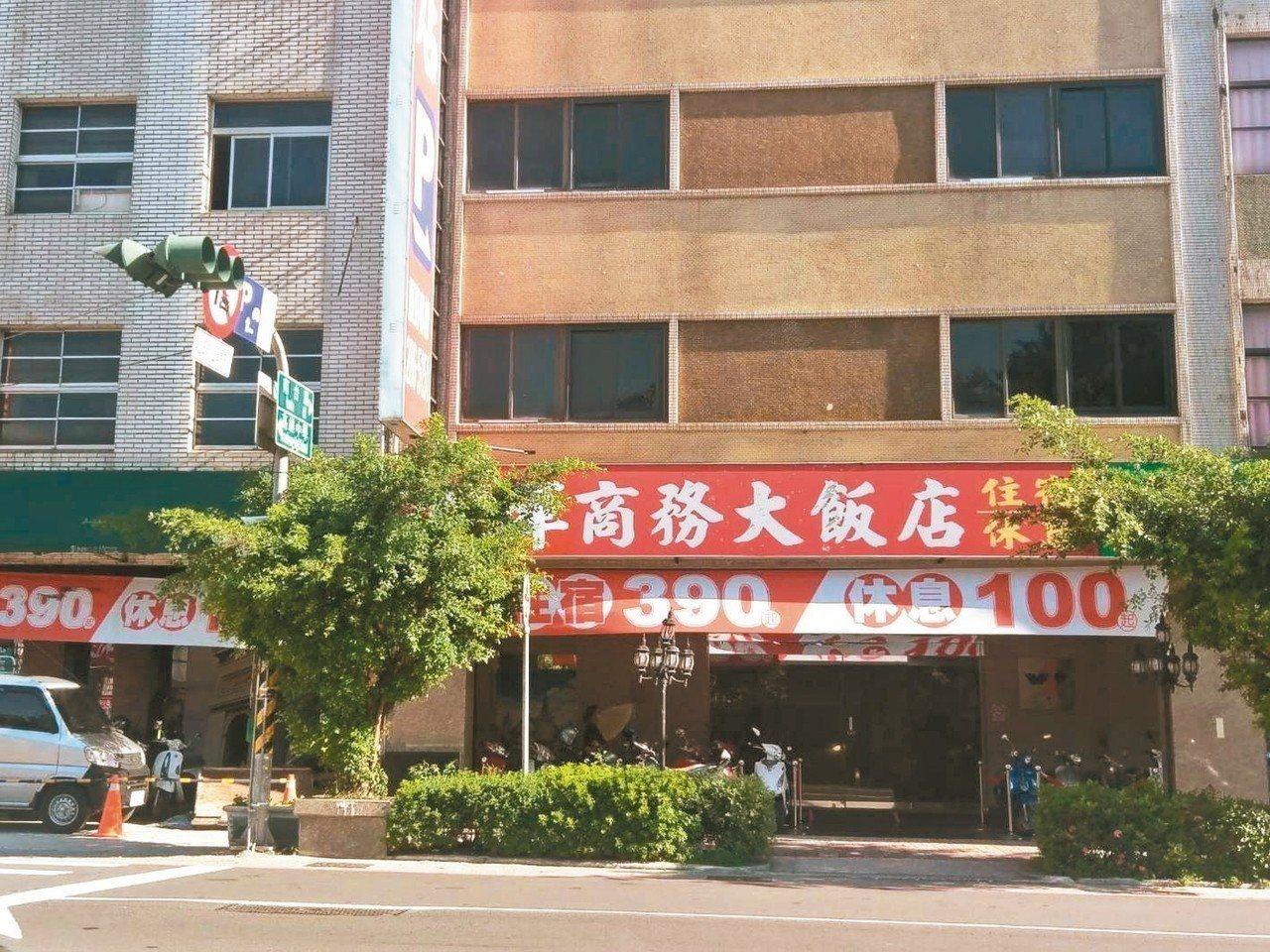 高雄市一家商旅高掛住宿390元起,讓許多觀光客嘖嘖稱奇。 記者謝梅芬/攝影