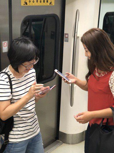 即日起,高捷全線38個車站及42輛列車皆能免費無線上網。 記者蔡孟妤/攝影