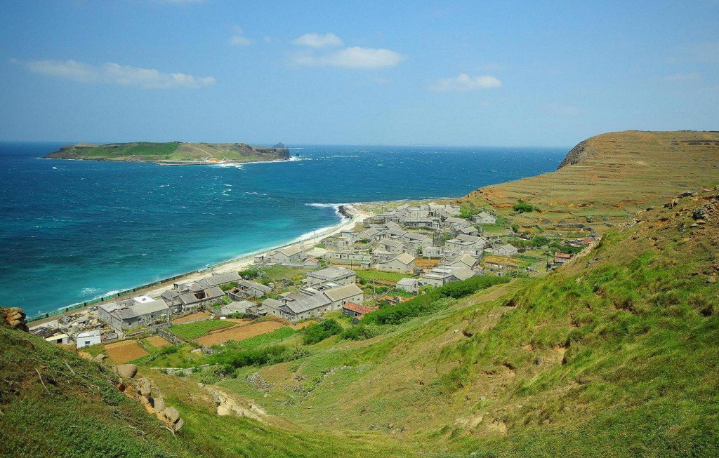 遠眺澎湖南方四島的東嶼坪嶼聚落及西嶼坪嶼景觀。圖/海洋國家公園管理處提供