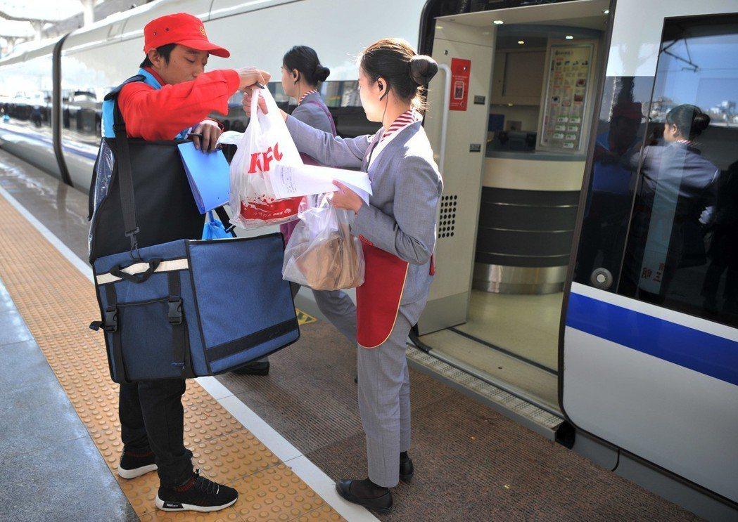 大陸高鐵今年起,開始提供外賣服務。乘客只需提前一小時在12306手機APP上訂餐...