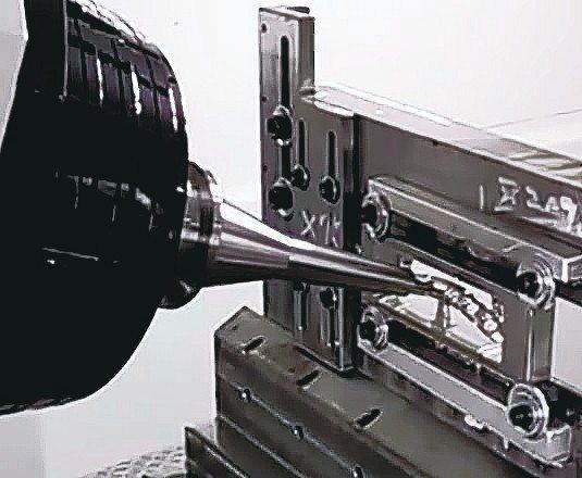 五軸同動加工人工骨板。 台灣赫可公司/提供