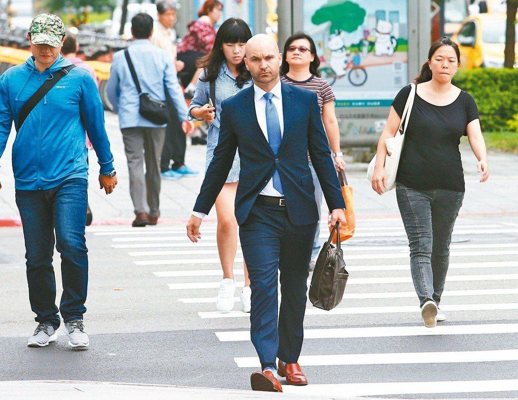行政院長賴清德上午舉行記者會,宣布推出「新經濟移民法」草案,未來將鎖定一般專業及...