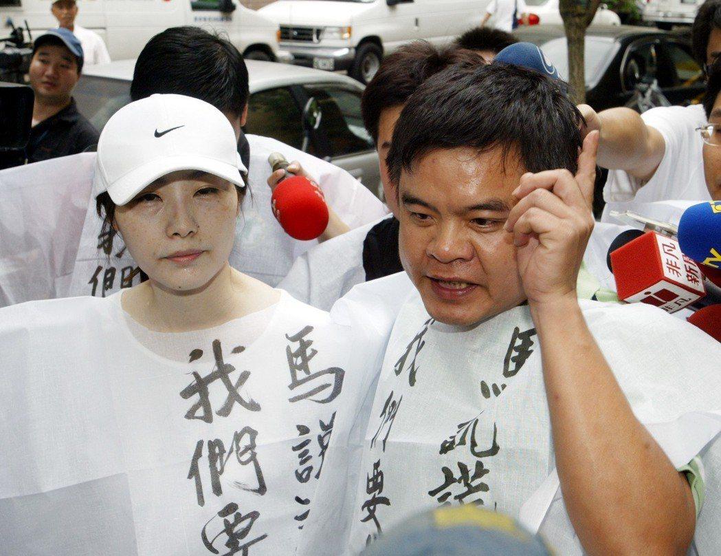 馬英九特別費案獲判無罪,當時台北市議員顏聖冠(左)、莊瑞雄到法院外表達對判決的不...