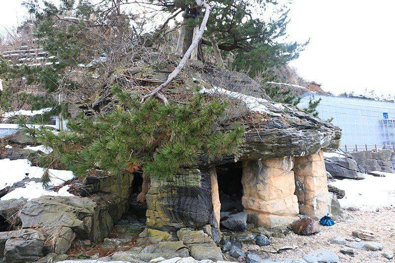當年源義經便在此岩石下躲雨。