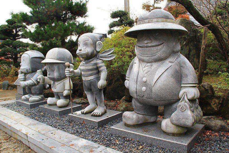 光禪寺前立有藤子不二雄Ⓐ創作的漫畫角色。