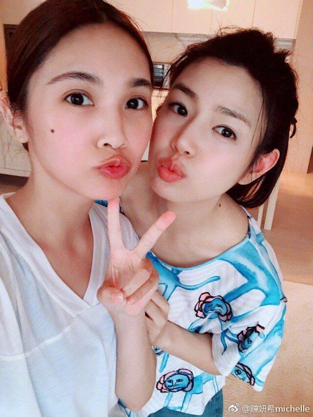 楊丞琳(左)與陳妍希(右)合照自拍。 圖/擷自陳妍希微博