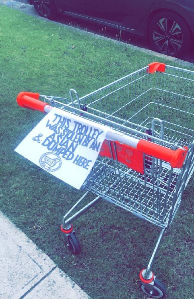 推車上面的紙條寫著「這個推車被亞洲人偷走以後丟在這裡」。圖擷自 news.c...