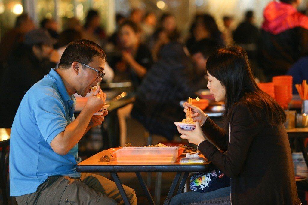 國人蔬果攝取不足,與外食人口增加有關,外食多便當、碗麵,蔬菜少、熱量高,台灣勞工...