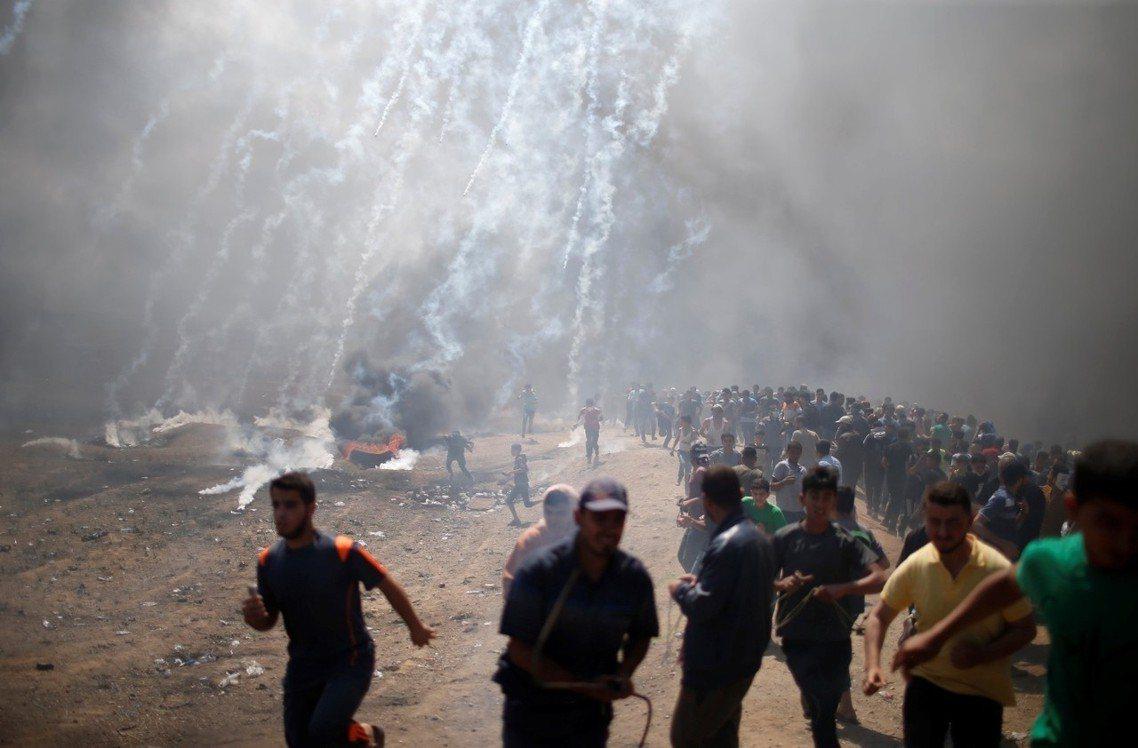 5月14日一早,加薩邊境只有不到萬人的零星示威,但從中午開始,抗爭規模一下子超過...