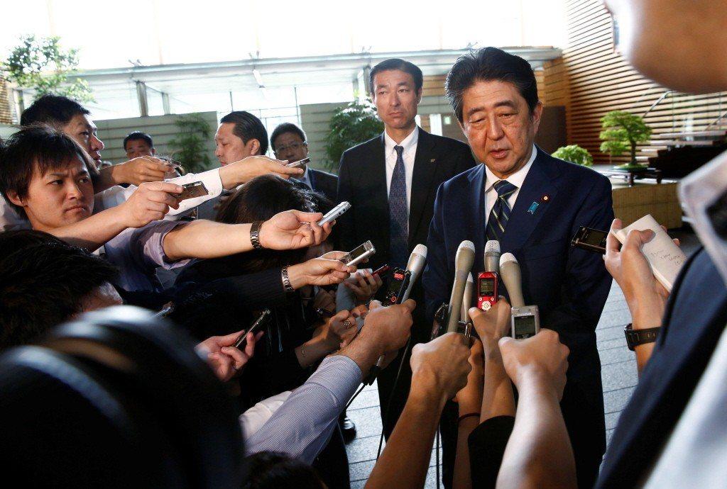 日本記者採訪首相安倍晉三畫面。 圖/路透社