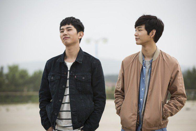 《擁抱太陽的月亮》李源根(右)和《奶酪陷阱》池允浩(左)合演《換季男友》。圖/東...
