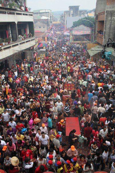 白沙屯媽進香回鑾,宮前擠滿信眾,水洩不通。 圖/聯合報系資料照片