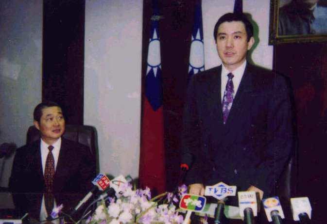 李登輝總統時代,馬英九(右)擔任法務部長,曾因查察賄選過度積極而被迫請辭。 圖/...