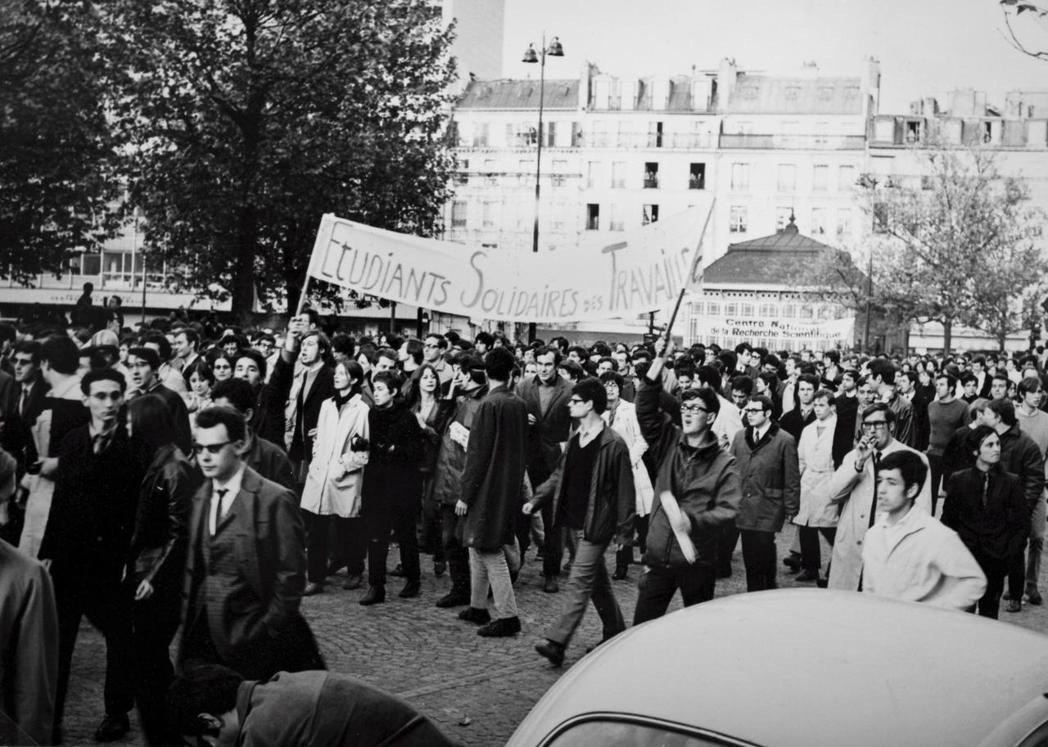 1968年5月,法國戰後嬰兒潮世代為了抗議不合時宜的教育體制和僵化的社會體系,占...