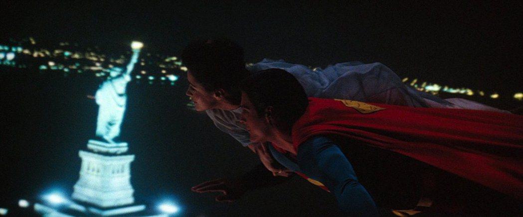 「超人」中男女主角浪漫的飛過紐約自由女神像,是片中經典片段。圖/摘自imdb