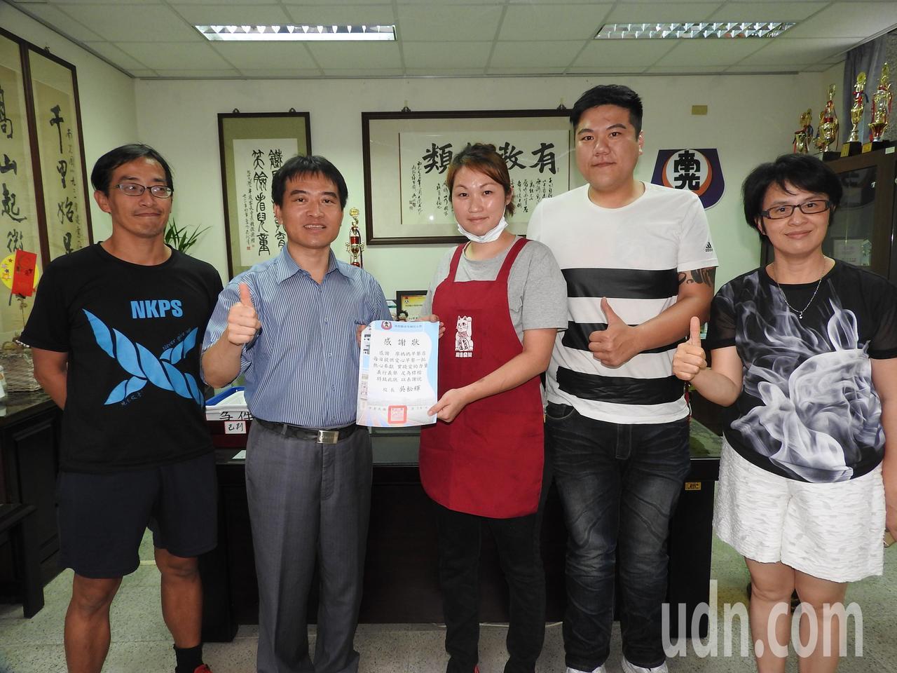 南光國小校長吳松輝(左2)感謝廖千惠(右3)和張家瑋(右2)的愛心,而致贈感謝狀...
