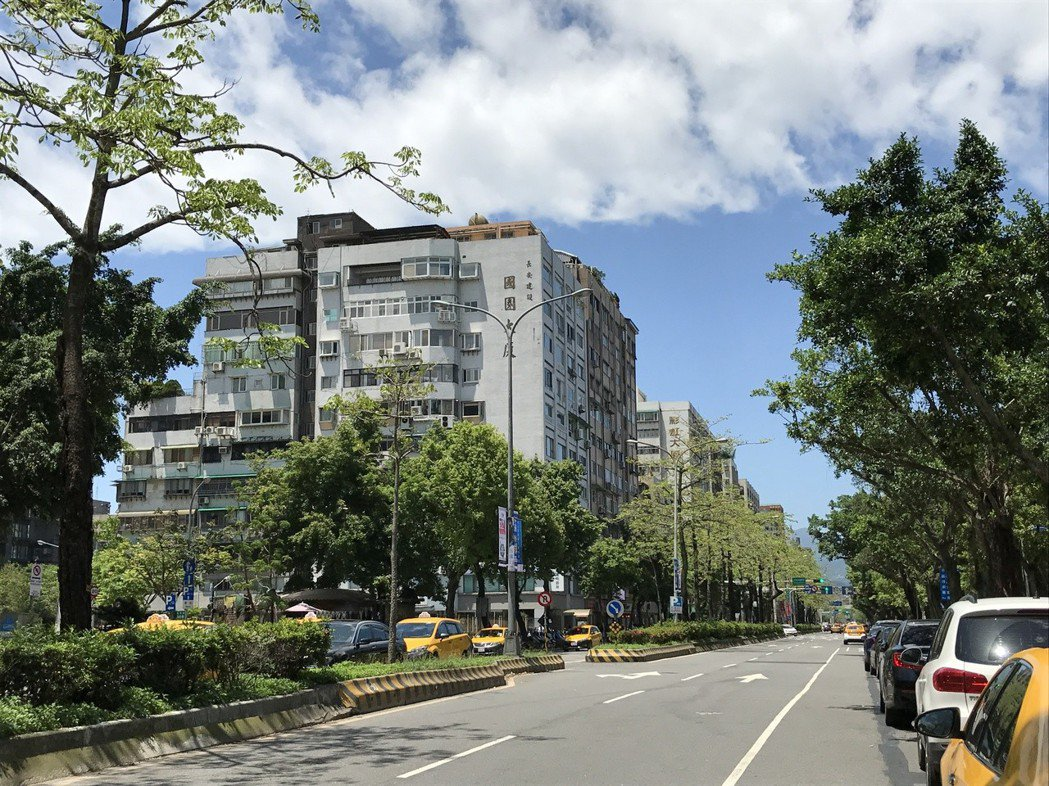 光復南路往延吉街方向,屬於大安區,去年成交均價一坪88.6萬元,另一側,屬信義、...