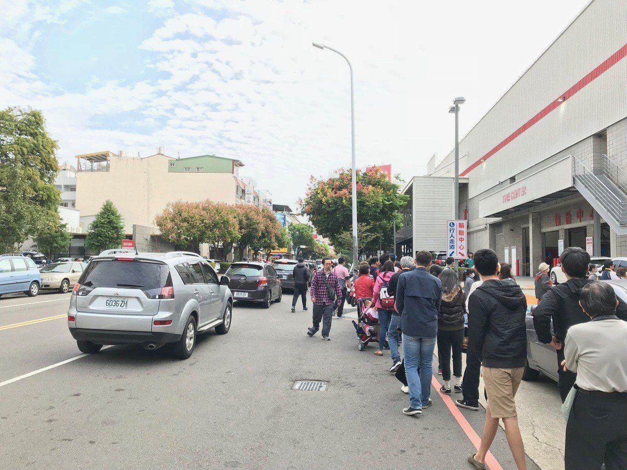 好市多南屯店業績亮眼,去年底「色星期五」特賣,人車排隊排到賣場外,癱瘓周邊交通;...