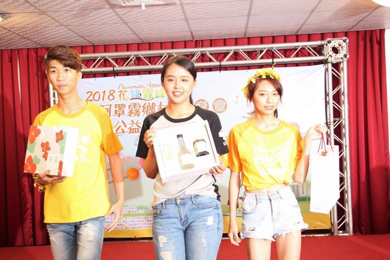 台中市霧峰區明台高中學生扮起「花仙子」為阿罩霧路跑宣傳。記者黃寅/攝影
