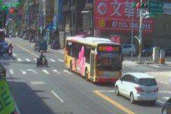 影/公車司機突心臟病發 昏迷前忍痛轉向仍撞上小客車