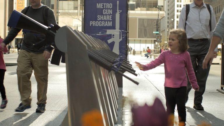 美國芝加哥出現一個名為「槍枝共享計畫」的裝置藝術。布拉迪防止槍枝暴力中心提供
