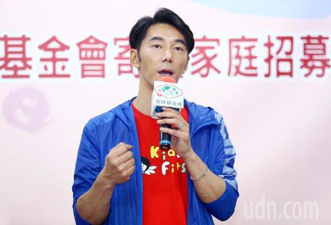 李李仁下午在台北NGO會館與家扶基金會聯手招募500戶寄養家庭,呼籲「把愛傳下去」。