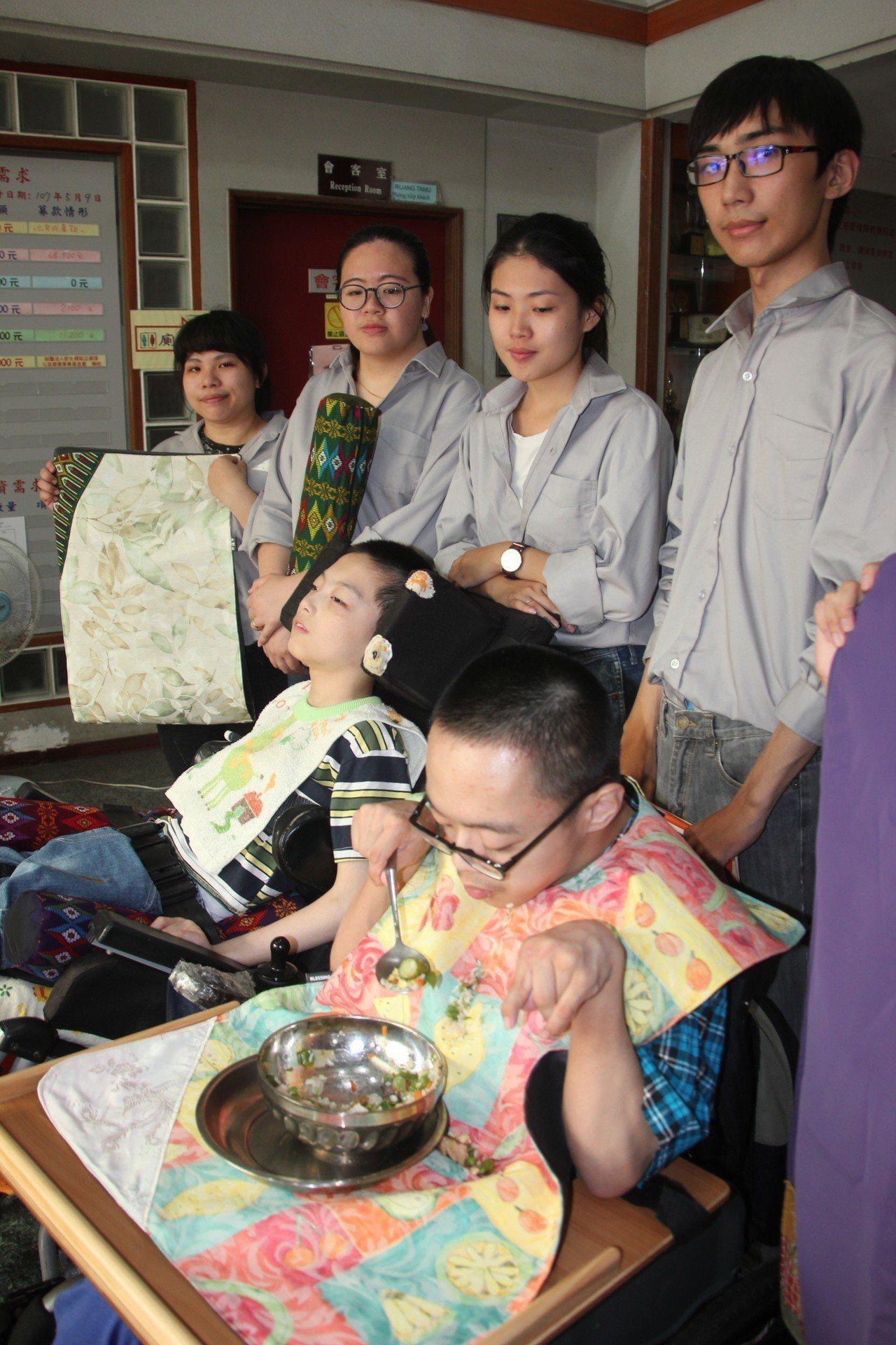 建國科技大學商業設計系學生為教養院身心障礙生設計特殊超大圍兜,希望讓院生更合用。...