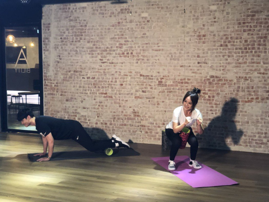 戴愛玲(右)與周興哲為hito頒獎典禮進行體能訓練。記者許晉榮/攝影