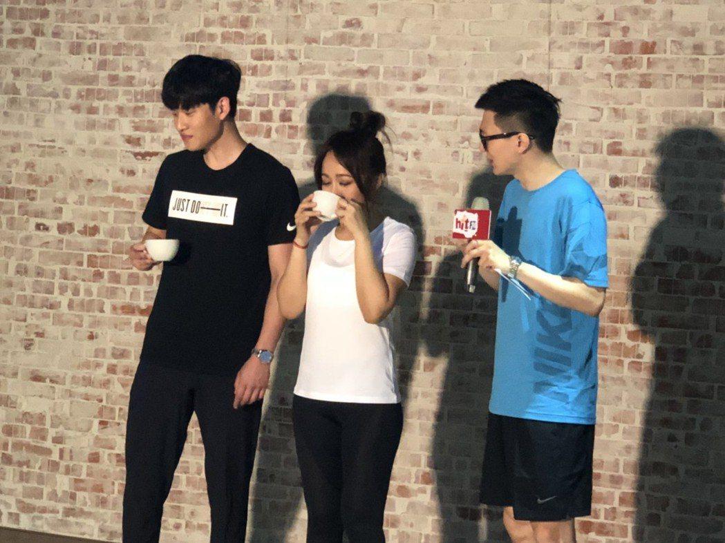 戴愛玲(中)與周興哲(左)為hito頒獎典禮進行體能訓練。記者許晉榮/攝影