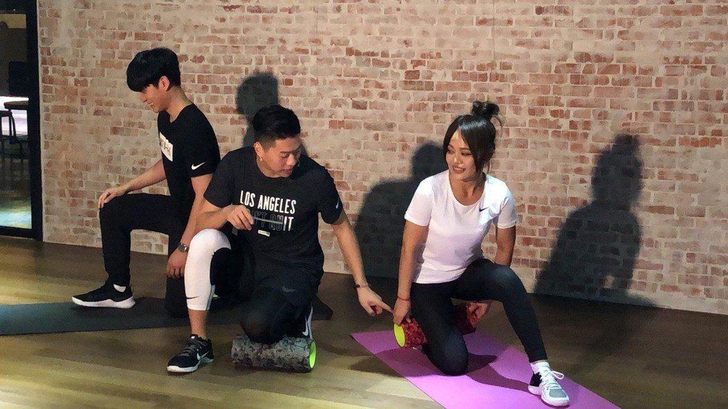 戴愛玲(右)與周興哲(左)為hito頒獎典禮進行體能訓練。記者許晉榮/攝影