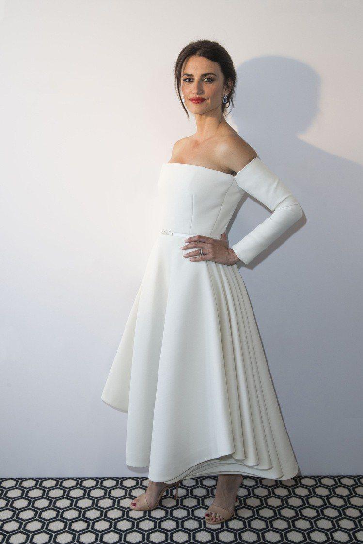 潘妮洛普克魯茲穿Dior褶襉裙擺高級訂製洋裝出席Atelier Swarovsk...