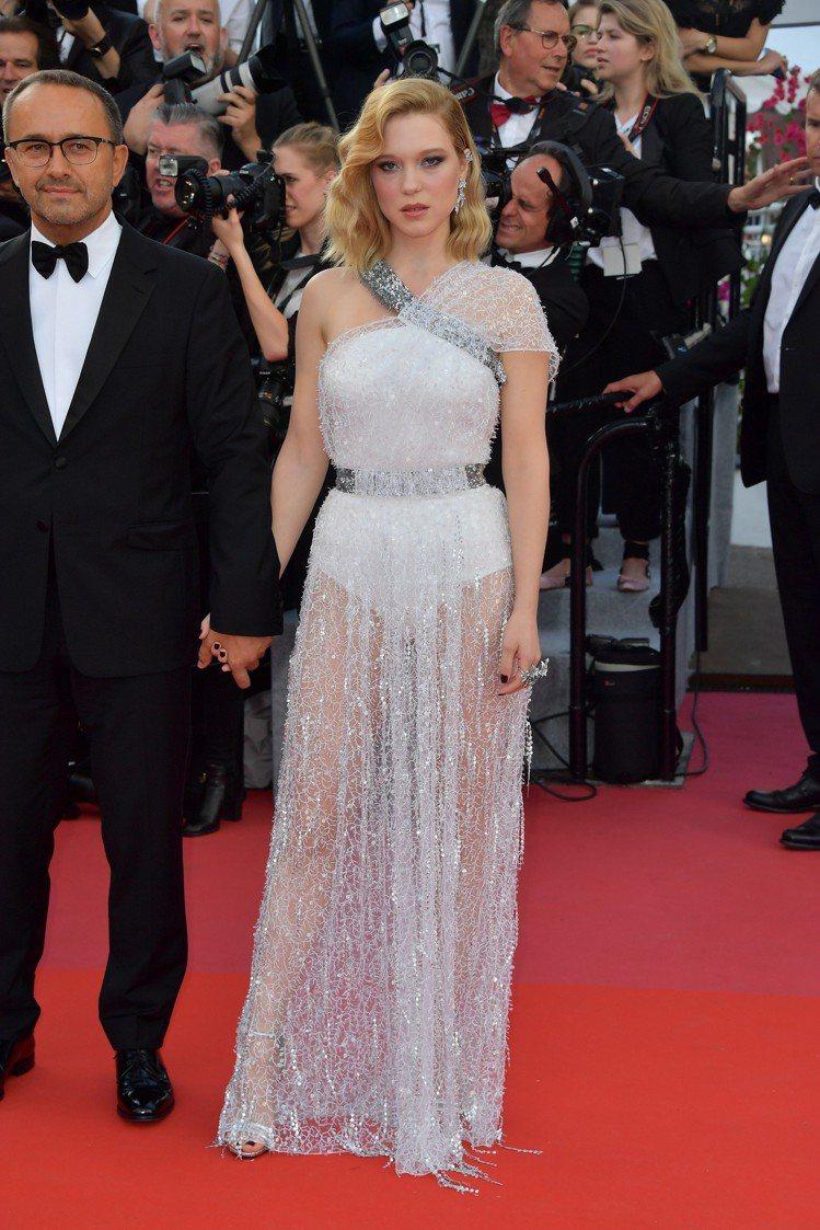 蕾雅瑟杜穿希臘女神樣式的路易威登訂製絲質水晶刺繡洋裝。圖/LV提供