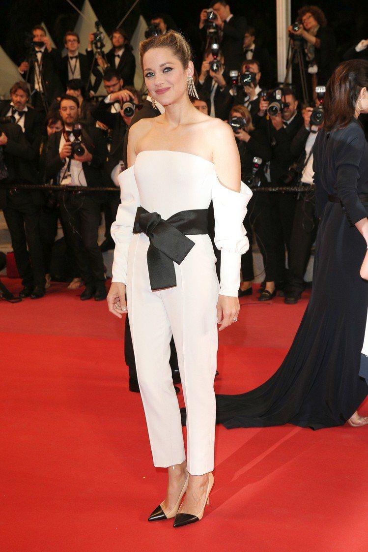 瑪莉詠柯蒂亞穿出Giorgio Armani褲裝的俐落與性感。圖/Giorgio...