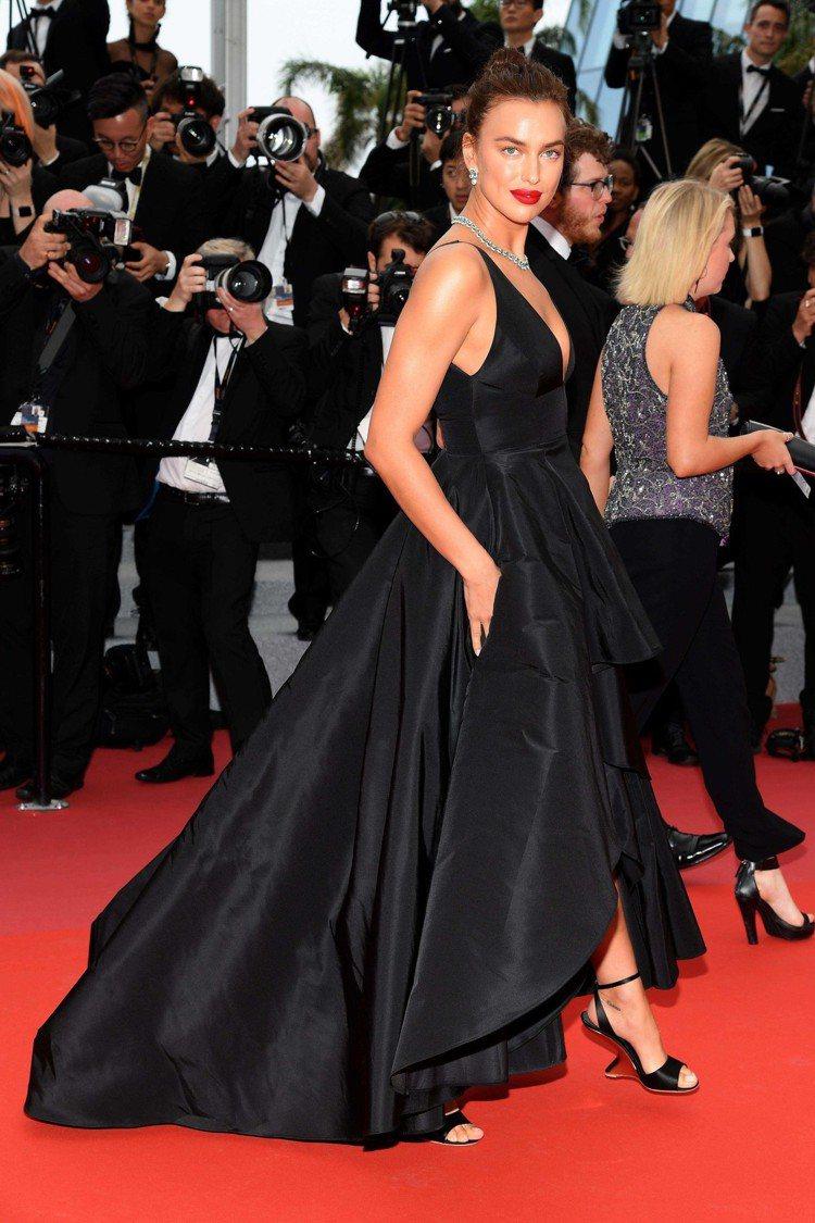 伊莉娜沙伊克以黑色禮服搭襯Salvatore Ferragamo涼鞋,展現隆重氣...