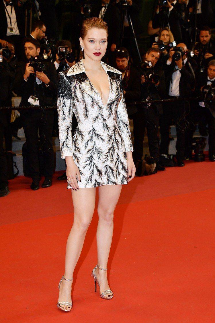 蕾雅瑟杜穿黑白訂製絲質手工刺繡短洋裝,是近期西裝外套剪裁裙裝的流行。圖/LV提供