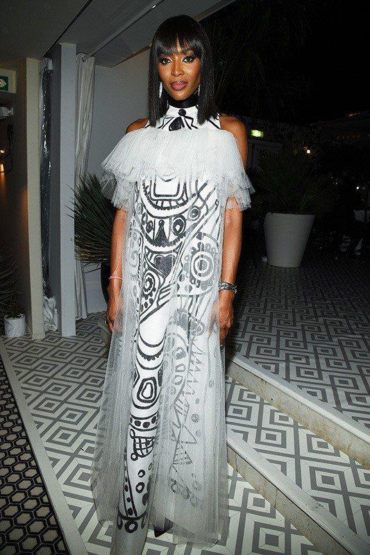 娜歐蜜坎貝爾全事難度頗高的Dior白色烏干紗手繪洋裝。圖/Dior提供