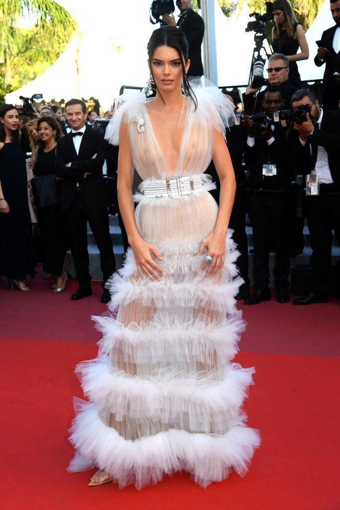 坎達爾珍娜穿出Schiaparelli高級訂製服的性感自信。圖/取自popsug...