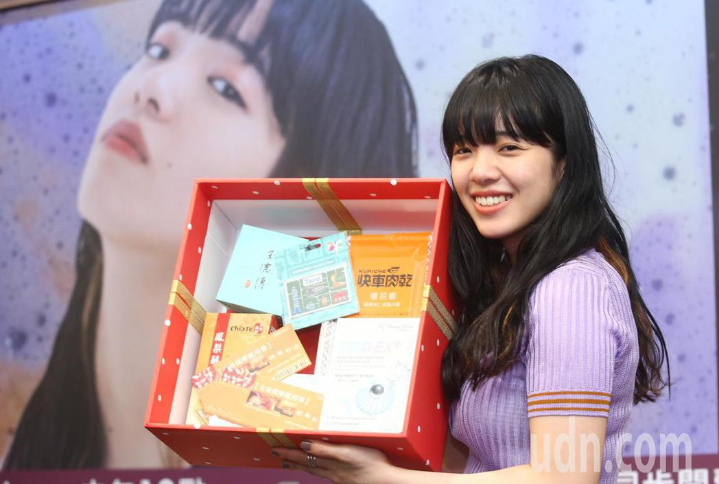 日本女歌手愛繆Aimyon來台宣傳,唱片公司準備台灣特色的拌手禮。記者王騰毅/攝...