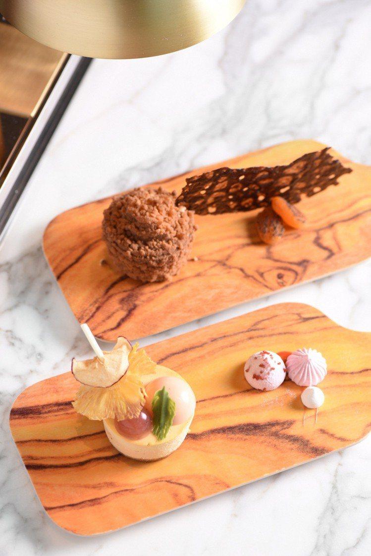 焦糖起司蛋糕佐蜜桃布蕾(前)及海鹽榛果奶油蛋糕佐杏桃醬(後)。圖/W飯店提供
