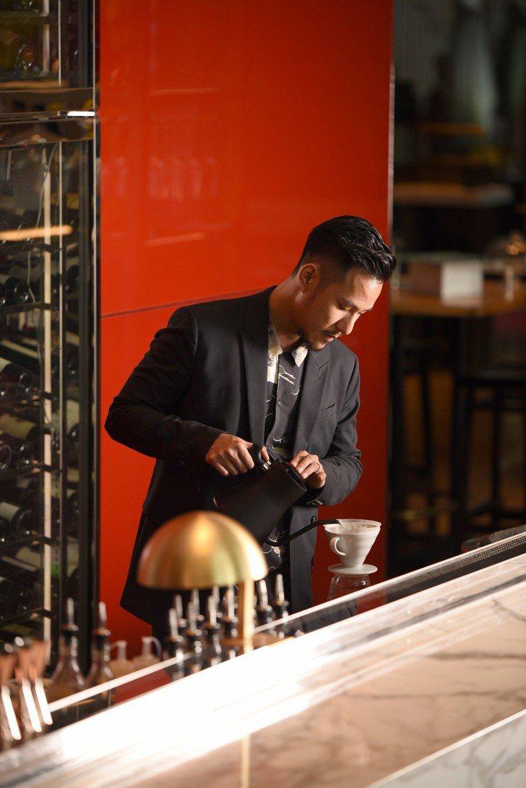 W飯店攜手世界盃沖煮大賽冠軍「王策」合作手沖咖啡、咖啡調酒。圖/W飯店提供  ...