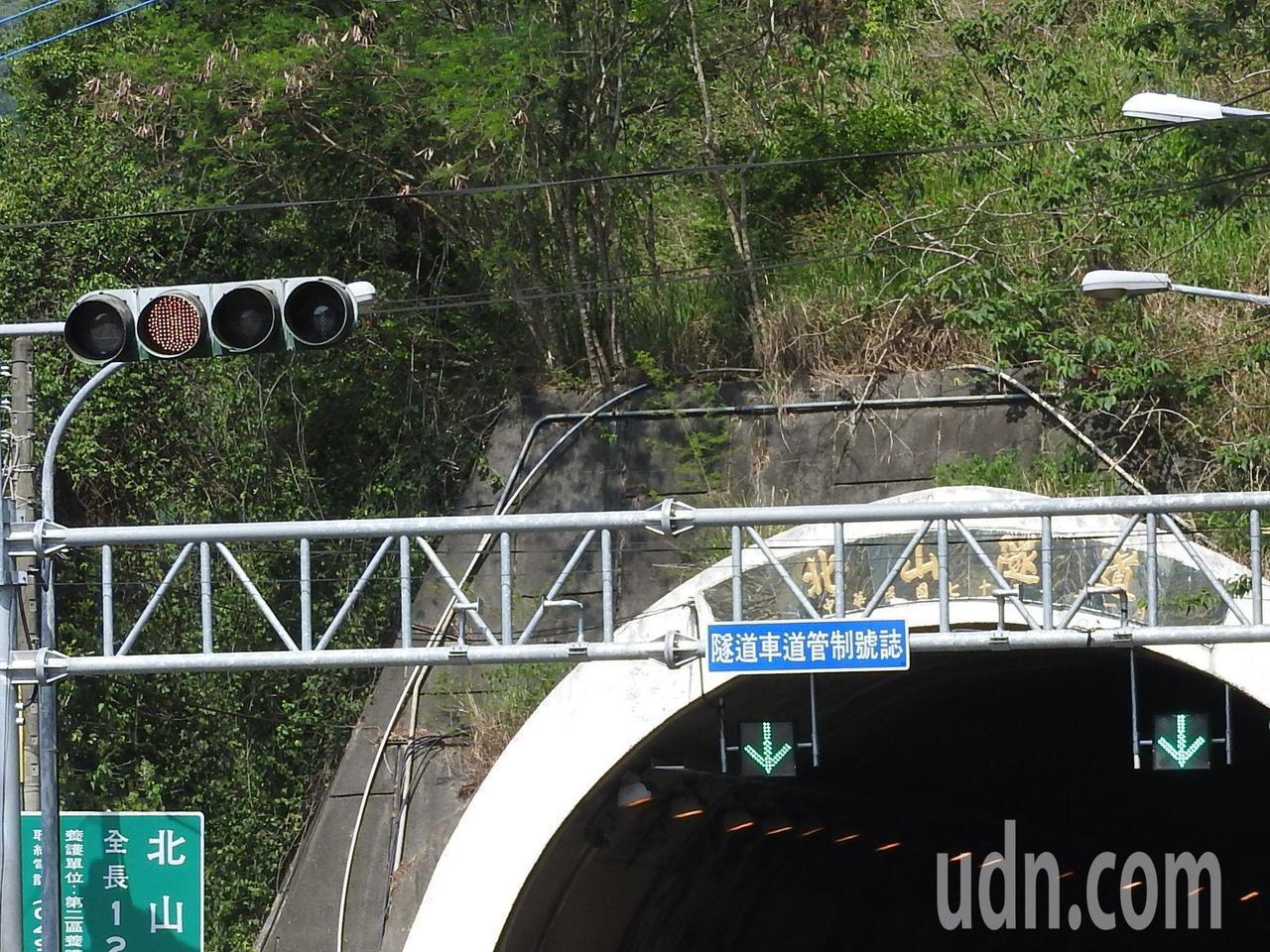 國姓鄉北山隧道口常見違規闖紅燈,村民懷疑是隧道燈和紅綠燈靠太近,用路人易混淆所致...