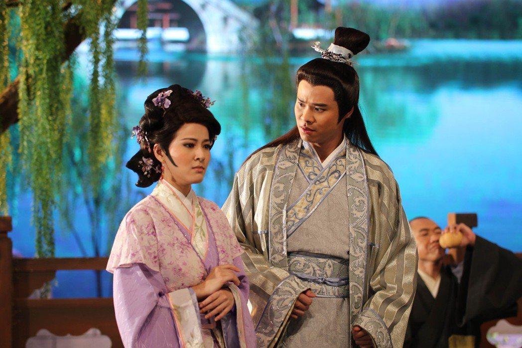 蘇晏霈(左)和吳定謙演古裝歌仔戲  圖/民視提供