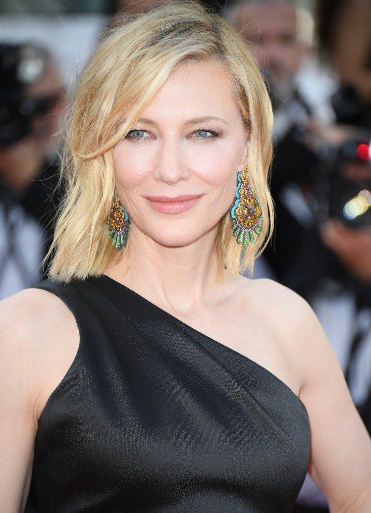 凱特布蘭琪選擇以設計具線條感的大份量的彩寶耳環搭配亞曼尼黑色極簡禮服。圖/蕭邦提...