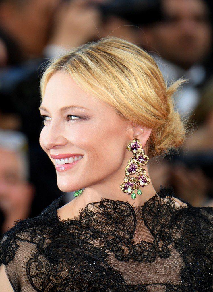 引領時尚的凱特布蘭琪配戴蕭邦全新的花卉造型大份量耳環出席坎城開幕紅毯。圖/蕭邦提...