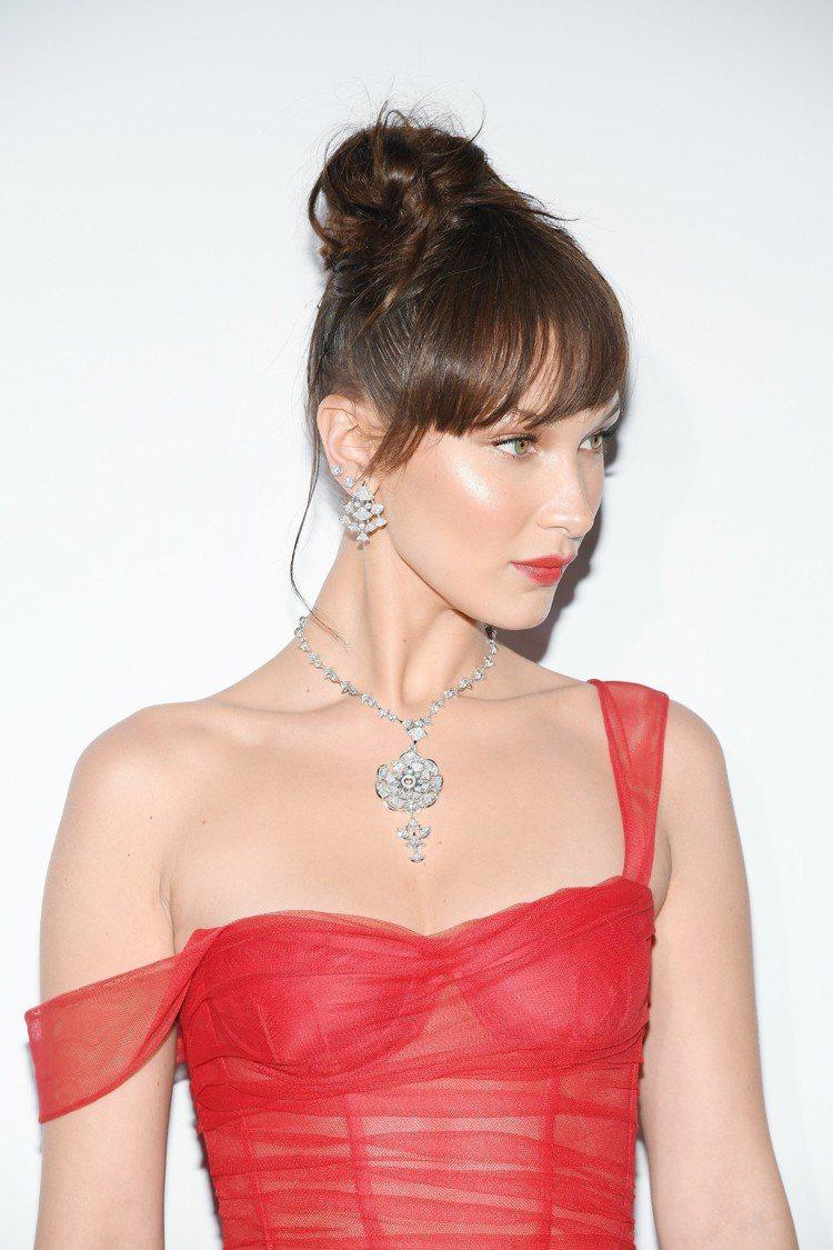 寶格麗品牌大使貝拉哈蒂德出席晚宴,以Dior紅色薄紗禮服搭配寶格麗Diva's ...