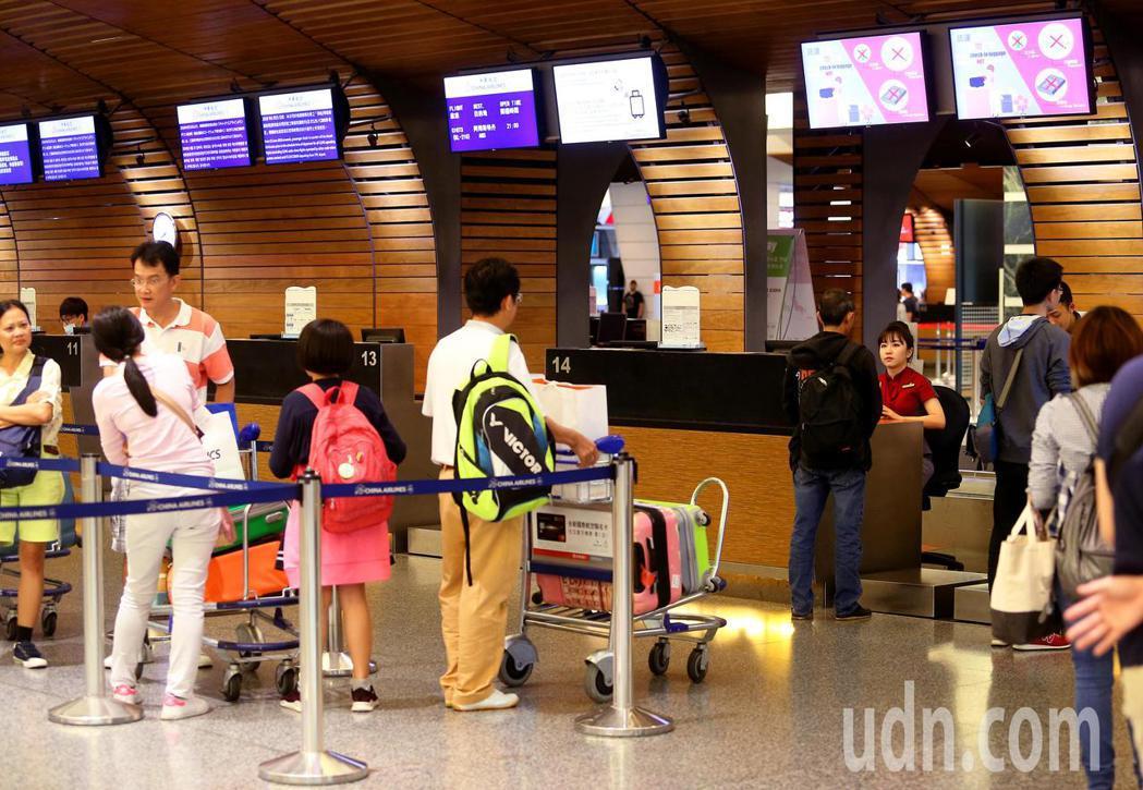中華航空公司桃園機場旅客報到櫃台關櫃時間,從6月15日起提早20分鐘,在班機起飛...