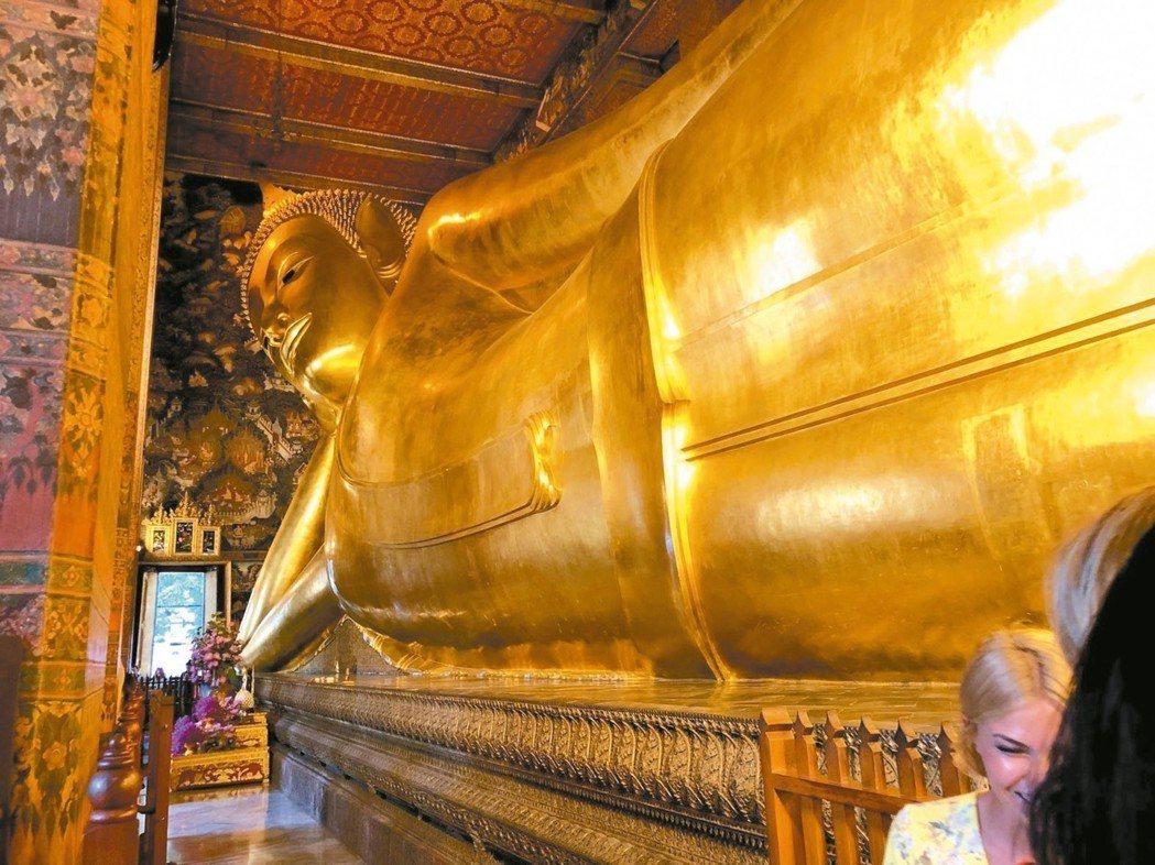 臥佛寺中的臥佛是全泰國最大的臥佛,黃金閃閃的金身,看起來相當壯觀。 記者魏妤庭/...