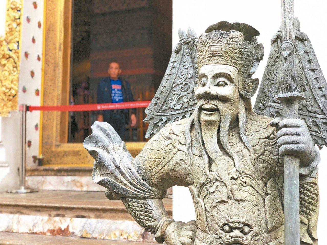 臥佛寺中可見許多中國式門神。 記者魏妤庭/攝影