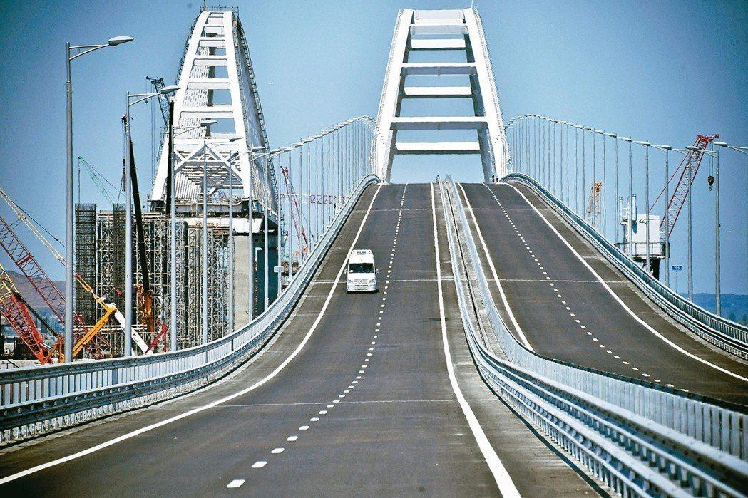 連結俄國南部與克里米亞的克里米亞大橋,全長十九公里,是歐洲最長的大橋。 (美聯社...